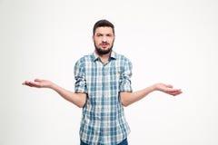 Ταραγμένος ενοχλημένος νεαρός άνδρας με την εκμετάλλευση γενειάδων copyspace στους φοίνικες Στοκ φωτογραφία με δικαίωμα ελεύθερης χρήσης