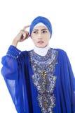 Ταραγμένος θηλυκός μουσουλμάνος στο μπλε φόρεμα - που απομονώνεται Στοκ Φωτογραφία