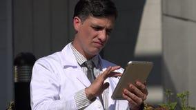 Ταραγμένος ισπανικός αρσενικός γιατρός που χρησιμοποιεί την ταμπλέτα απόθεμα βίντεο