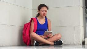 Ταραγμένος μάταιος θηλυκός φοιτητής πανεπιστημίου με την ταμπλέτα απόθεμα βίντεο