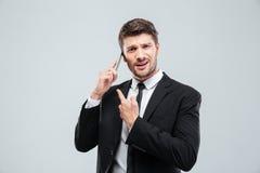 Ταραγμένος νέος επιχειρηματίας που μιλά στο τηλέφωνο κυττάρων Στοκ Φωτογραφίες