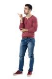 Ταραγμένος νέος παρουσιαστής που δείχνει το δάχτυλο και που παρουσιάζει copyspace να ανατρέξει Στοκ Φωτογραφίες