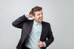 Ταραγμένο ώριμο άτομο στο κοστούμι που γρατσουνίζει το κεφάλι του στοκ φωτογραφία με δικαίωμα ελεύθερης χρήσης