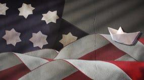 Ταραχώδεις κύματα αμερικανικών σημαιών και βάρκα εγγράφου Στοκ φωτογραφίες με δικαίωμα ελεύθερης χρήσης