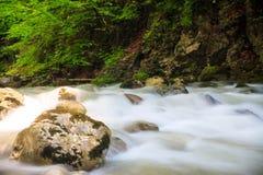 Ταραχώδης ροή ποταμών βουνών Στοκ φωτογραφία με δικαίωμα ελεύθερης χρήσης