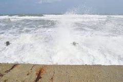 Ταραχώδη κύματα, μπλε θάλασσα Στοκ Φωτογραφίες