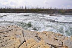 Ταραχώδη ορμητικά σημεία ποταμού σε έναν βόρειο ποταμό Στοκ εικόνα με δικαίωμα ελεύθερης χρήσης