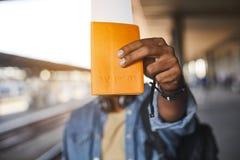 Ταυτότητα στα χέρια ενός αρσενικού ταξιδιώτη στοκ φωτογραφίες με δικαίωμα ελεύθερης χρήσης