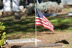 Ταφόπετρες με την απόμερη αμερικανική σημαία Στοκ φωτογραφίες με δικαίωμα ελεύθερης χρήσης