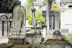 Ταφόπετρες στο νεκροταφείο στο σούρουπο, γοτθικοί σταυροί ύφους Στοκ Εικόνες