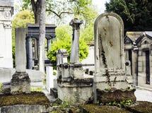 Ταφόπετρες στο νεκροταφείο στο σούρουπο, γοτθικοί σταυροί ύφους Στοκ Εικόνα