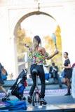 Ταχυδακτυλουργία γυναικών με τις καρφίτσες οδηγώντας Unicycle, στο μέσο ο Στοκ Εικόνα
