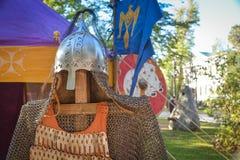 Ταχυδρομείο και warrior's κράνος μετάλλων στοκ εικόνες