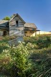 Ταχυδρομική θυρίδα και αγροτικό σπίτι που ξεχνιούνται μέχρι το χρόνο Στοκ Εικόνες