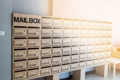ταχυδρομική θυρίδα στη συγκυριαρχία Στοκ Εικόνες