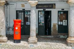 Ταχυδρομικό κουτί βρετανικός-ύφους μπροστά από ένα κατάστημα καπνών Guarda, Πορτογαλία Στοκ εικόνες με δικαίωμα ελεύθερης χρήσης