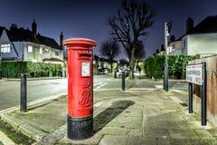 Ταχυδρομικό κουτί και ελαφριά ίχνη στο προάστιο του Λονδίνου Στοκ εικόνα με δικαίωμα ελεύθερης χρήσης