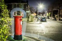 Ταχυδρομικό κουτί και ελαφριά ίχνη στο προάστιο του Λονδίνου Στοκ Εικόνες