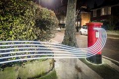 Ταχυδρομικό κουτί και ελαφριά ίχνη στο προάστιο του Λονδίνου Στοκ φωτογραφίες με δικαίωμα ελεύθερης χρήσης