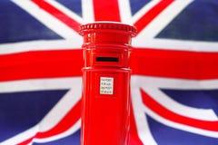 Ταχυδρομικό κουτί του Λονδίνου στη σημαία UK Στοκ εικόνα με δικαίωμα ελεύθερης χρήσης