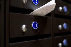 Ταχυδρομικές θυρίδες σε ένα σπίτι διαμερισμάτων Αριθμός 13 Στοκ φωτογραφίες με δικαίωμα ελεύθερης χρήσης