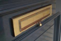 Ταχυδρομική θυρίδα στη μπροστινή πόρτα στοκ φωτογραφία με δικαίωμα ελεύθερης χρήσης