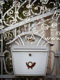 Ταχυδρομικό κουτί με τα άσπρα συρμένα χέρι εικονίδια ταχυδρομείου Στοκ εικόνες με δικαίωμα ελεύθερης χρήσης