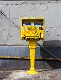 Ταχυδρομικό κουτί που καλύπτεται γαλλικό στα γκράφιτι Στοκ φωτογραφία με δικαίωμα ελεύθερης χρήσης