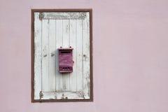 Ταχυδρομικό κουτί στο ξύλινο παράθυρο Στοκ Φωτογραφίες