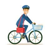 Ταχυδρόμος μπλε σε ομοιόμορφο σε ένα ποδήλατο που παραδίδει το ταχυδρομείο, που εκπληρώνει Mailman τα καθήκοντα με ένα χαμόγελο απεικόνιση αποθεμάτων