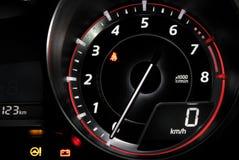 Ταχύμετρο που παρουσιάζει μηές επαναστάσεις ανά λεπτό στο ταμπλό αυτοκινήτων στοκ φωτογραφίες