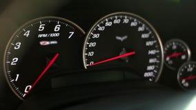 Ταχύμετρο ταμπλό και ταχύμετρο ενός αθλητικού αυτοκινήτου απόθεμα βίντεο