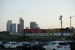Ταχύτητα τραίνων μετρό απέναντι στην πόλη στοκ εικόνες με δικαίωμα ελεύθερης χρήσης