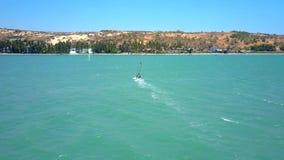 Ταχύτητες Windsurfer στο τροπικό Palm Beach φιλμ μικρού μήκους