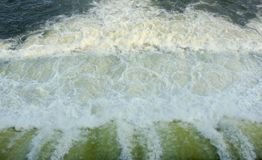 Ταχύ νερό από το υπόβαθρο σύστασης παραθυρόφυλλων φραγμάτων με τις φυσαλίδες στοκ φωτογραφία με δικαίωμα ελεύθερης χρήσης