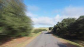 Ταχύ Drive σε έναν δρόμο στην επαρχία απόθεμα βίντεο