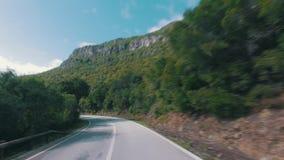 Ταχύ Drive σε έναν στενό δρόμο στα βουνά φιλμ μικρού μήκους