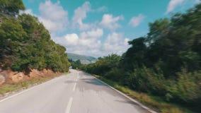 Ταχύ Drive σε έναν στενό δρόμο στα βουνά απόθεμα βίντεο