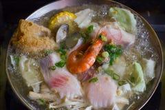 Ταϊβανικό κύπελλο νουντλς που μαγειρεύει και έτοιμο να φάει! Στοκ εικόνα με δικαίωμα ελεύθερης χρήσης