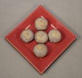 Ταϊβανικό Taro Mooncakes στο κόκκινο πιάτο Στοκ Φωτογραφίες