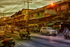 Ταϊλάνδη, Pattaya, 27.06.2017 εξισώνοντας οδοί και αυτοκίνητα στο ro Στοκ Φωτογραφία