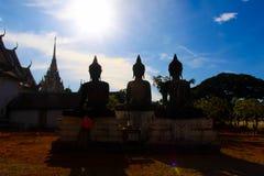 Ταϊλανδικά αγάλματα του Βούδα σκιαγραφιών στο ναό στην Ταϊλάνδη Στοκ φωτογραφία με δικαίωμα ελεύθερης χρήσης