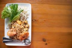 Ταϊλανδικά, ανακατώνω-τηγανισμένα νουντλς ρυζιού μαξιλαριών με τη γαρίδα γλυκού νερού Στοκ Εικόνα