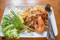 Ταϊλανδικά, ανακατώνω-τηγανισμένα νουντλς ρυζιού μαξιλαριών με τη γαρίδα γλυκού νερού Στοκ φωτογραφία με δικαίωμα ελεύθερης χρήσης