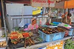 Ταϊλανδικά τρόφιμα διαθέσιμα στην αγορά Σαββατοκύριακου Στοκ Φωτογραφίες