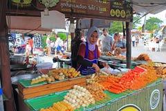 Ταϊλανδικά τρόφιμα διαθέσιμα στην αγορά Σαββατοκύριακου Στοκ εικόνα με δικαίωμα ελεύθερης χρήσης