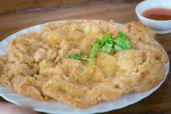 Ταϊλανδικά τρόφιμα, κομματιασμένη ομελέτα χοιρινού κρέατος με τη σάλτσα τσίλι στοκ φωτογραφίες