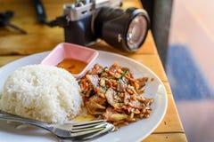 Ταϊλανδικά τρόφιμα στον πίνακα te με τη κάμερα Στοκ Φωτογραφία