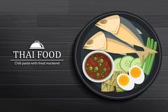 Ταϊλανδικά τρόφιμα στο πιάτο στη μαύρη ξύλινη άποψη επιτραπέζιων κορυφών Κόλλα τσίλι με το τηγανισμένο σκουμπρί ελεύθερη απεικόνιση δικαιώματος