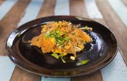 Ταϊλανδικά τρόφιμα, τηγανισμένο μύδι με το αυγό και νεαροί βλαστοί φασολιών στο πιάτο στο wo Στοκ Φωτογραφία